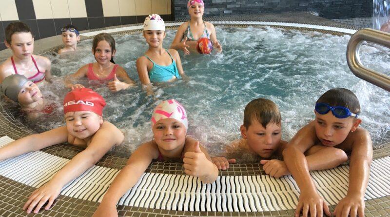 Antrokai mokosi plaukti